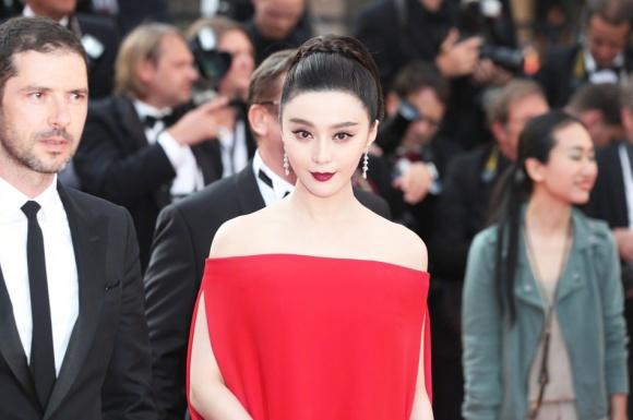 Phạm Băng Băng đã chịu lấy lại phong độ, đẹp không thua kém Elle Fanning trên thảm đỏ Cannes - Ảnh 2.