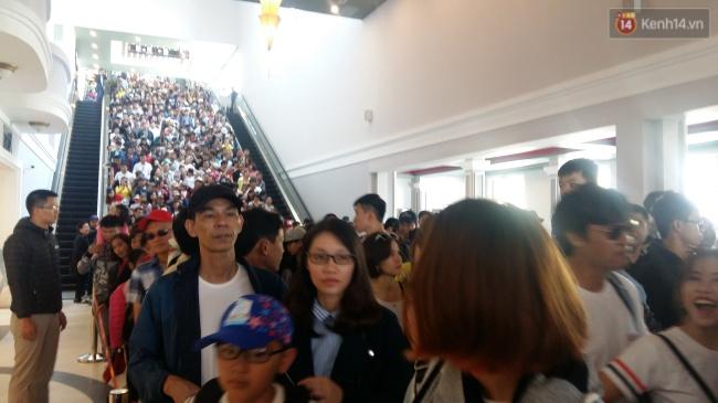 Người và xe đổ về Sa Pa đông nghịt, du khách xếp hàng dài mua vé cáp treo lên Fansipan - Ảnh 5.