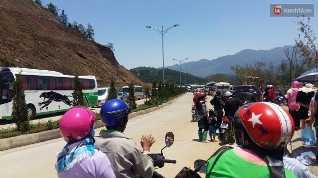 Người và xe đổ về Sa Pa đông nghịt, du khách xếp hàng dài mua vé cáp treo lên Fansipan - Ảnh 6.