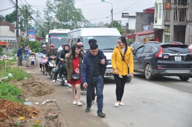 Người và xe đổ về Sa Pa đông nghịt, du khách xếp hàng dài mua vé cáp treo lên Fansipan - Ảnh 4.