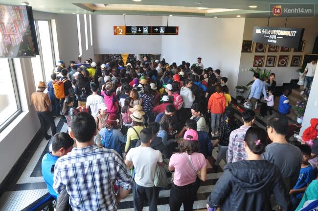 Người và xe đổ về Sa Pa đông nghịt, du khách xếp hàng dài mua vé cáp treo lên Fansipan - Ảnh 8.