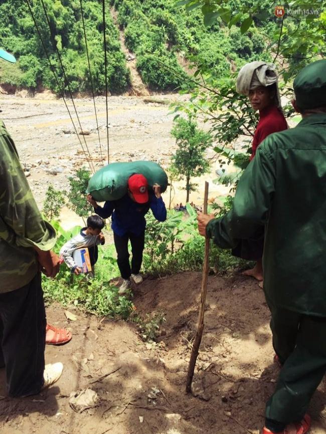Tình người trong lũ dữ Mù Cang Chải: Chiến sĩ ăn mì tôm sống, vác gạo vượt hàng chục km đường rừng giúp đỡ bà con - Ảnh 7.
