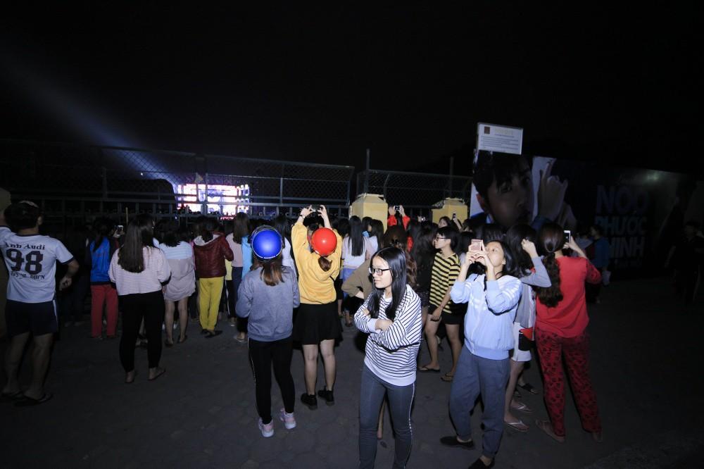 Mặc đêm khuya, trời lạnh, khán giả vẫn vây kín xem Noo Phước Thịnh luyện tập liveshow ở Hà Nội - Ảnh 3.