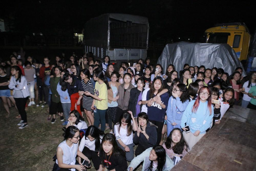 Mặc đêm khuya, trời lạnh, khán giả vẫn vây kín xem Noo Phước Thịnh luyện tập liveshow ở Hà Nội - Ảnh 2.