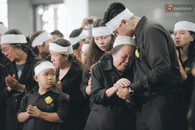 Hình ảnh khiến ai cũng rơi nước mắt: Vợ thầy Văn Như Cương ngồi khóc bên linh cữu, không thể đứng vững khi cử hành tang lễ - Ảnh 10.