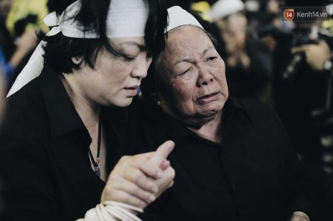 Hình ảnh khiến ai cũng rơi nước mắt: Vợ thầy Văn Như Cương ngồi khóc bên linh cữu, không thể đứng vững khi cử hành tang lễ - Ảnh 12.