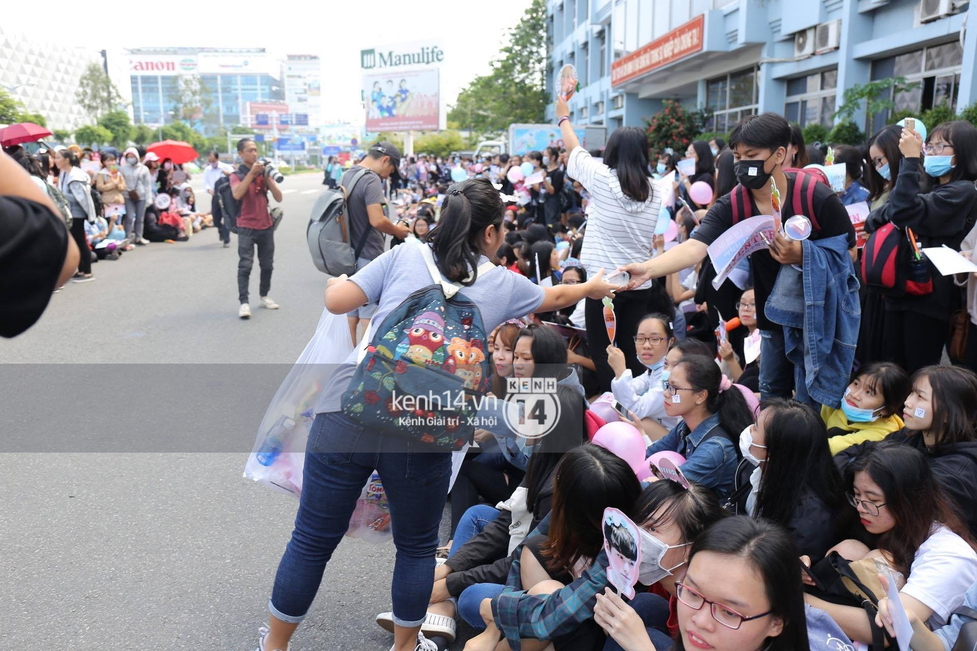 Hoàng tử lai Samuel điển trai, cùng Seventeen ngoái lại chào fan Việt bằng được tại sân bay Tân Sơn Nhất - Ảnh 16.