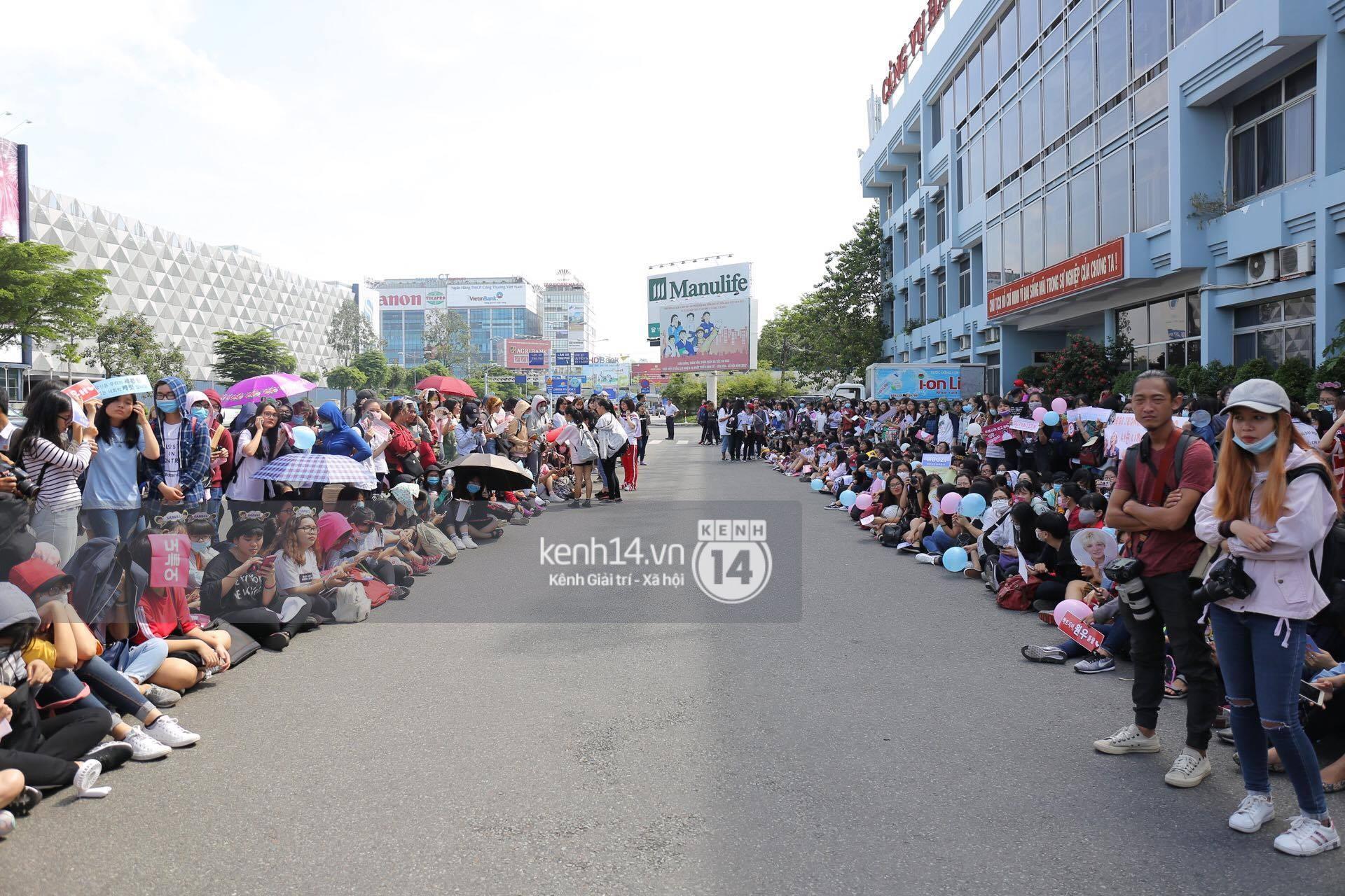 Hoàng tử lai Samuel điển trai, cùng Seventeen ngoái lại chào fan Việt bằng được tại sân bay Tân Sơn Nhất - Ảnh 17.