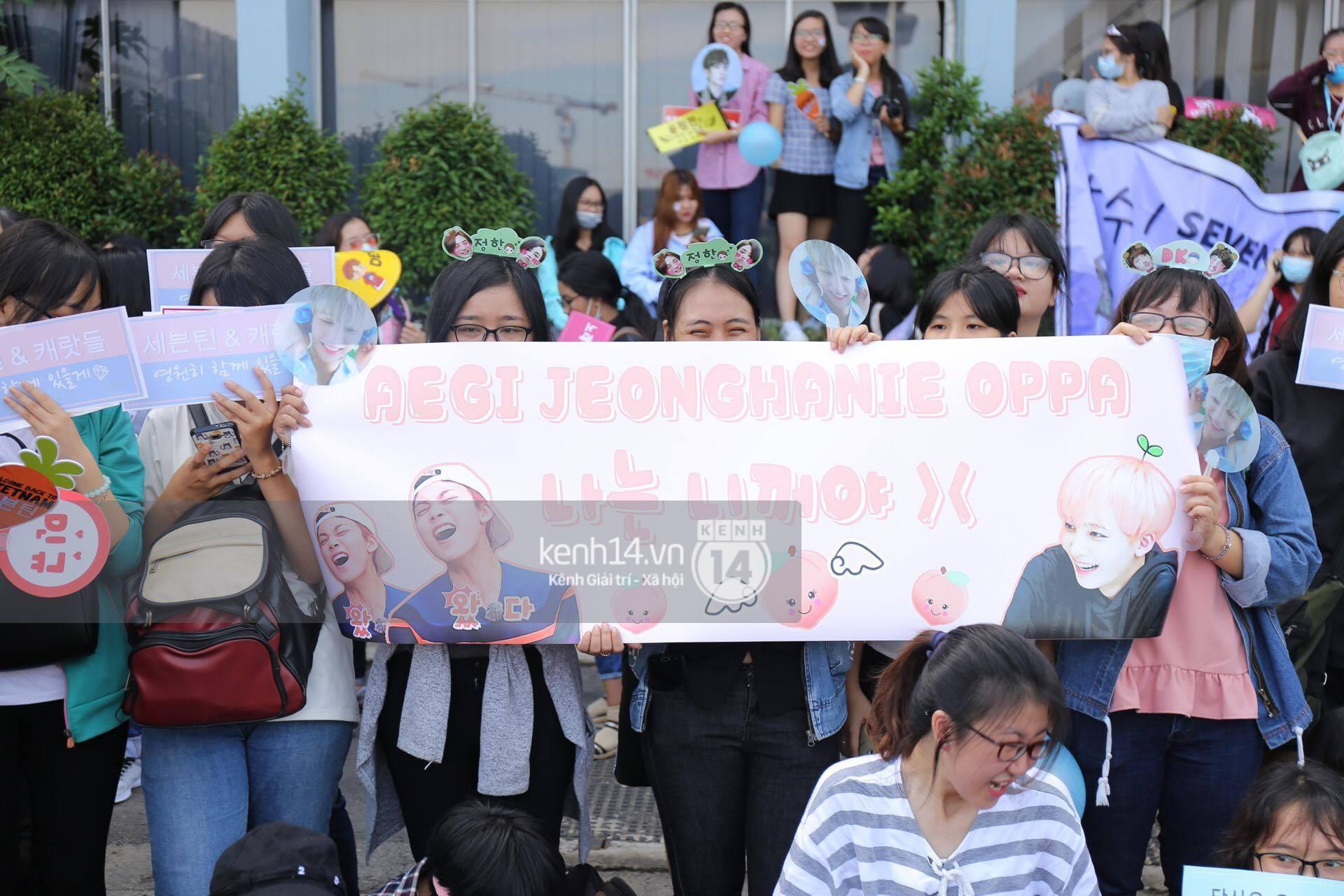 Hoàng tử lai Samuel điển trai, cùng Seventeen ngoái lại chào fan Việt bằng được tại sân bay Tân Sơn Nhất - Ảnh 19.