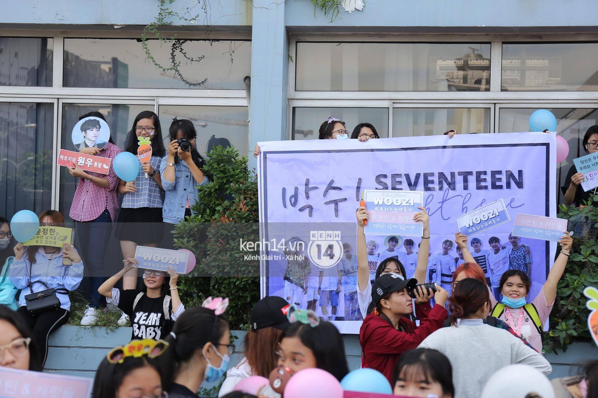 Hoàng tử lai Samuel điển trai, cùng Seventeen ngoái lại chào fan Việt bằng được tại sân bay Tân Sơn Nhất - Ảnh 20.
