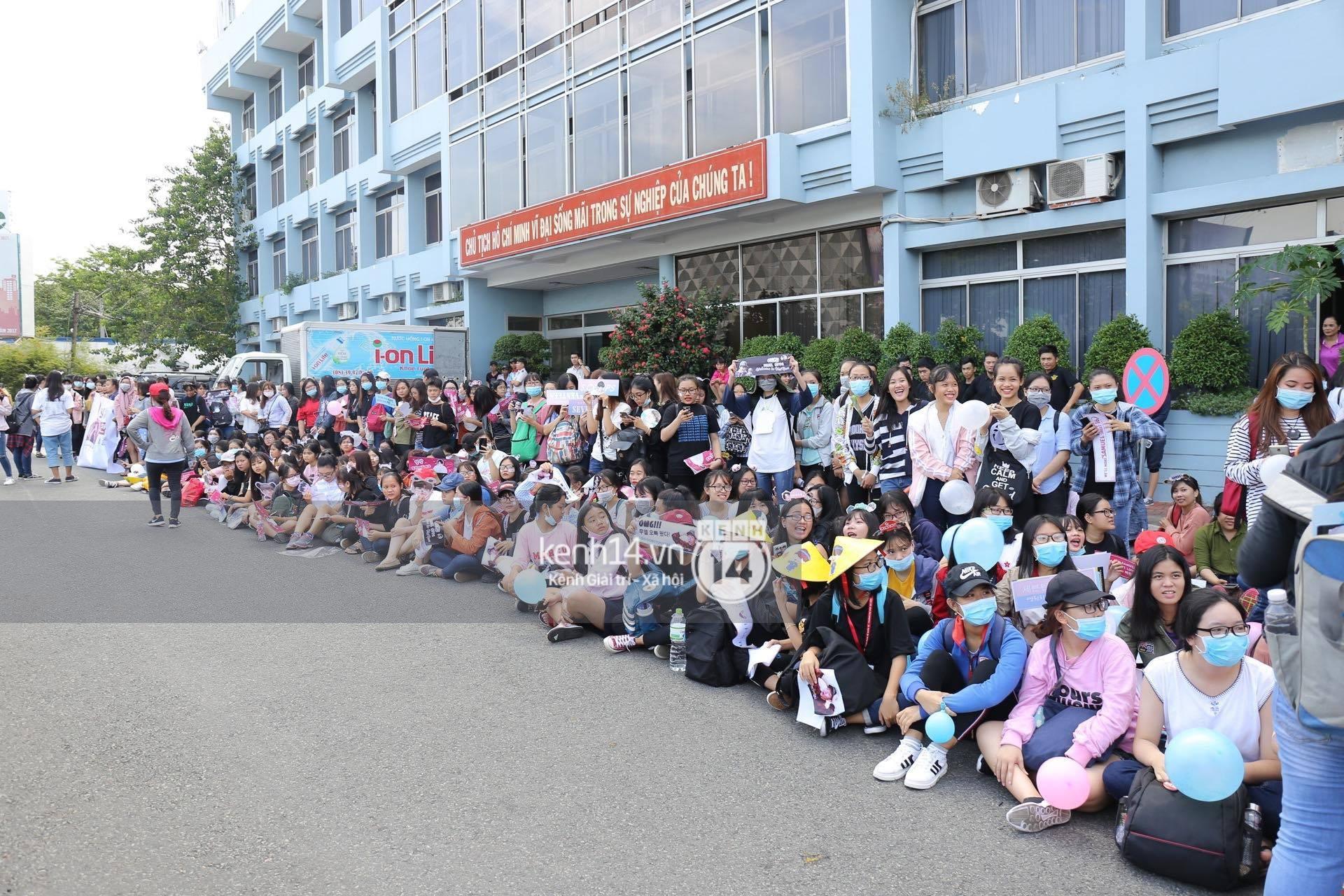 Hoàng tử lai Samuel điển trai, cùng Seventeen ngoái lại chào fan Việt bằng được tại sân bay Tân Sơn Nhất - Ảnh 24.