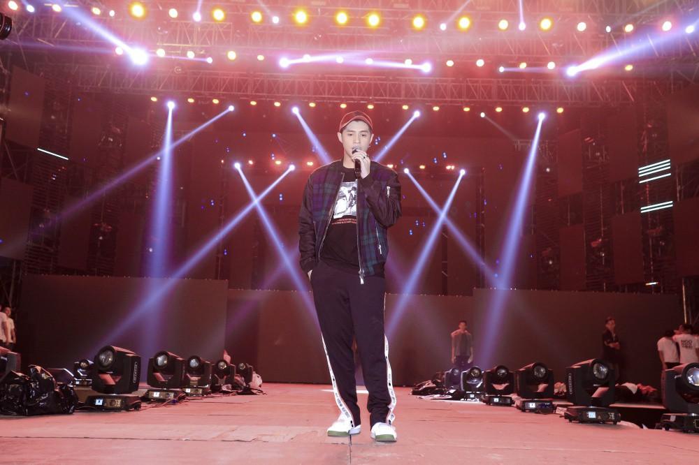 Mặc đêm khuya, trời lạnh, khán giả vẫn vây kín xem Noo Phước Thịnh luyện tập liveshow ở Hà Nội - Ảnh 5.