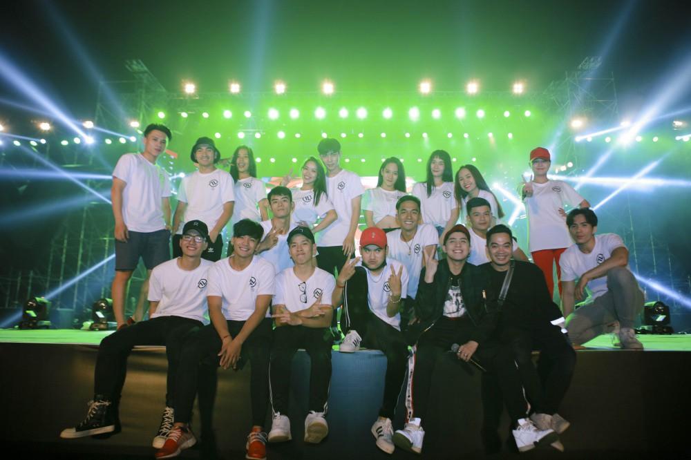 Mặc đêm khuya, trời lạnh, khán giả vẫn vây kín xem Noo Phước Thịnh luyện tập liveshow ở Hà Nội - Ảnh 8.