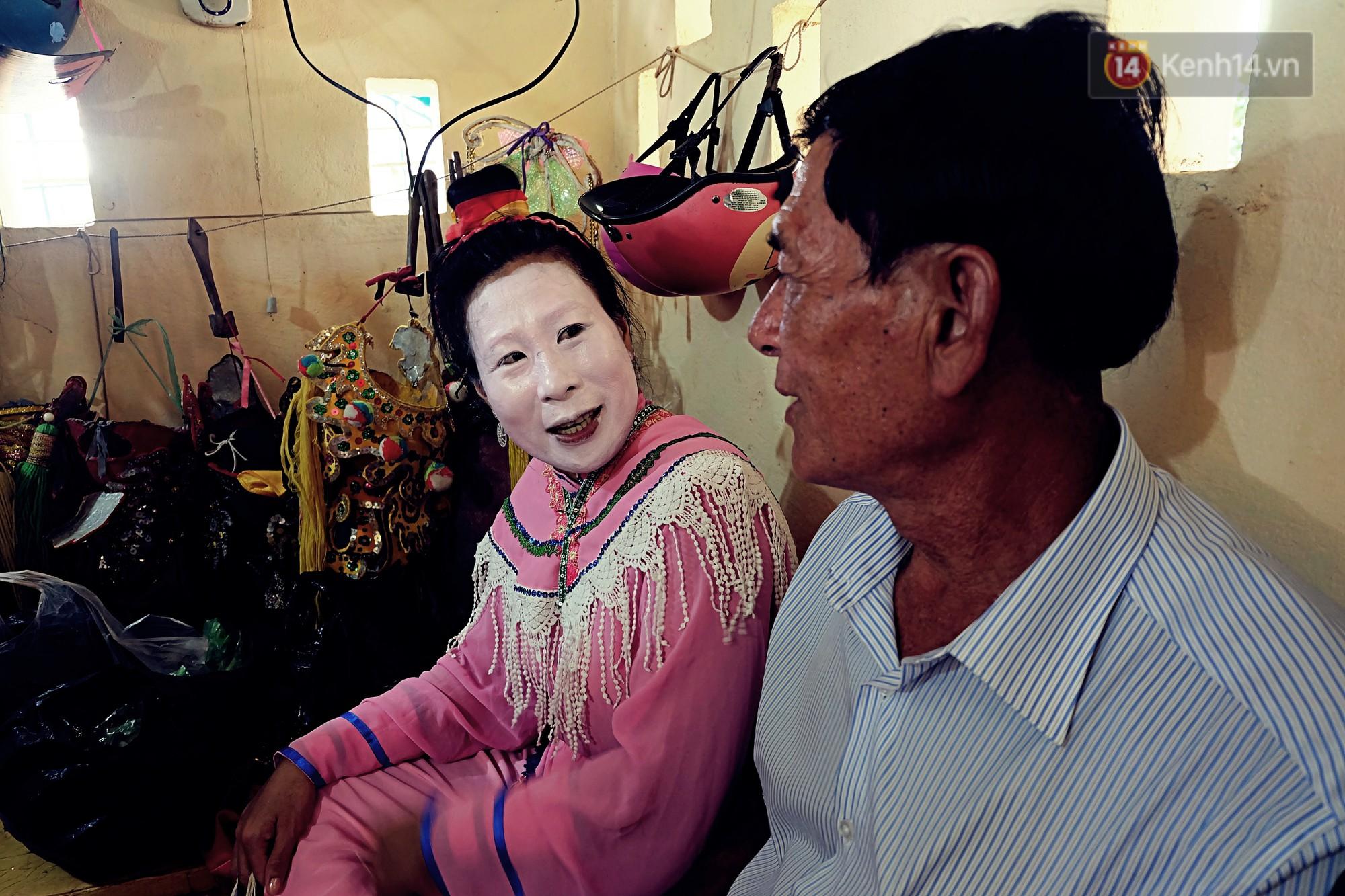 Gánh hát bội trăm tuổi trên đảo Phú Quý: Ngày thường chúng tôi là ngư dân đánh cá, bước lên sân khấu là nghệ sỹ - Ảnh 3.