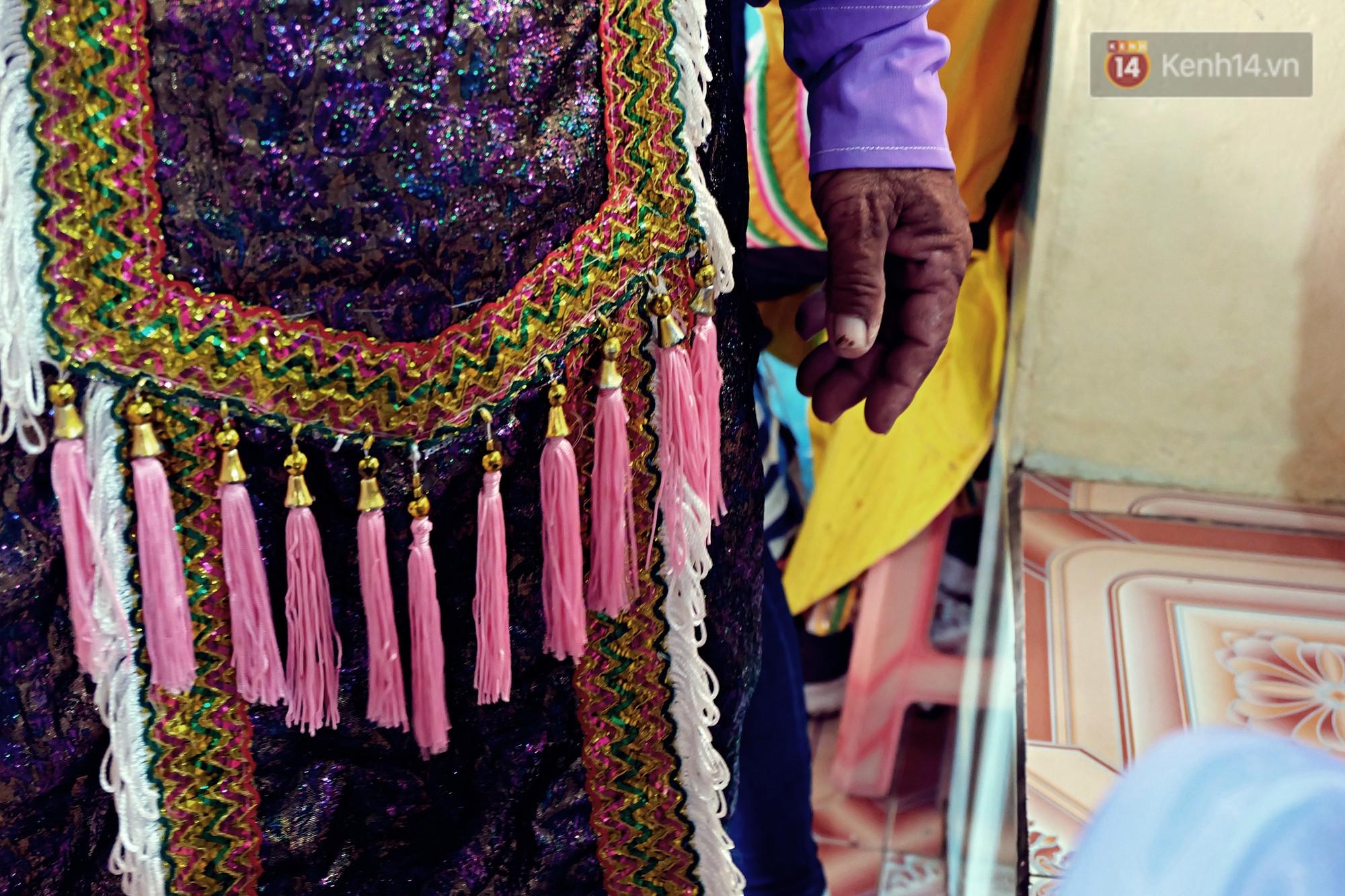 Gánh hát bội trăm tuổi trên đảo Phú Quý: Ngày thường chúng tôi là ngư dân đánh cá, bước lên sân khấu là nghệ sỹ - Ảnh 6.