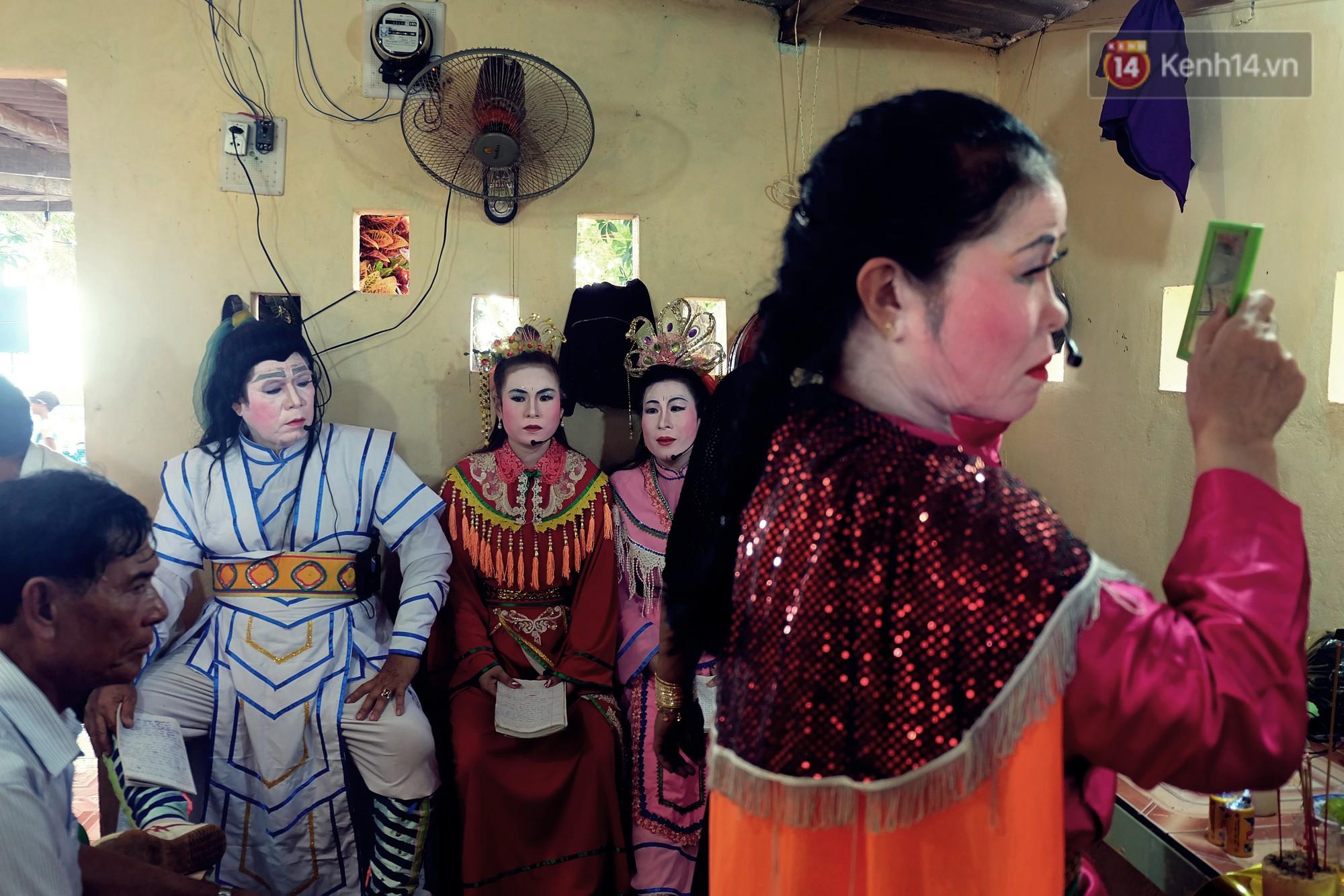 Gánh hát bội trăm tuổi trên đảo Phú Quý: Ngày thường chúng tôi là ngư dân đánh cá, bước lên sân khấu là nghệ sỹ - Ảnh 4.