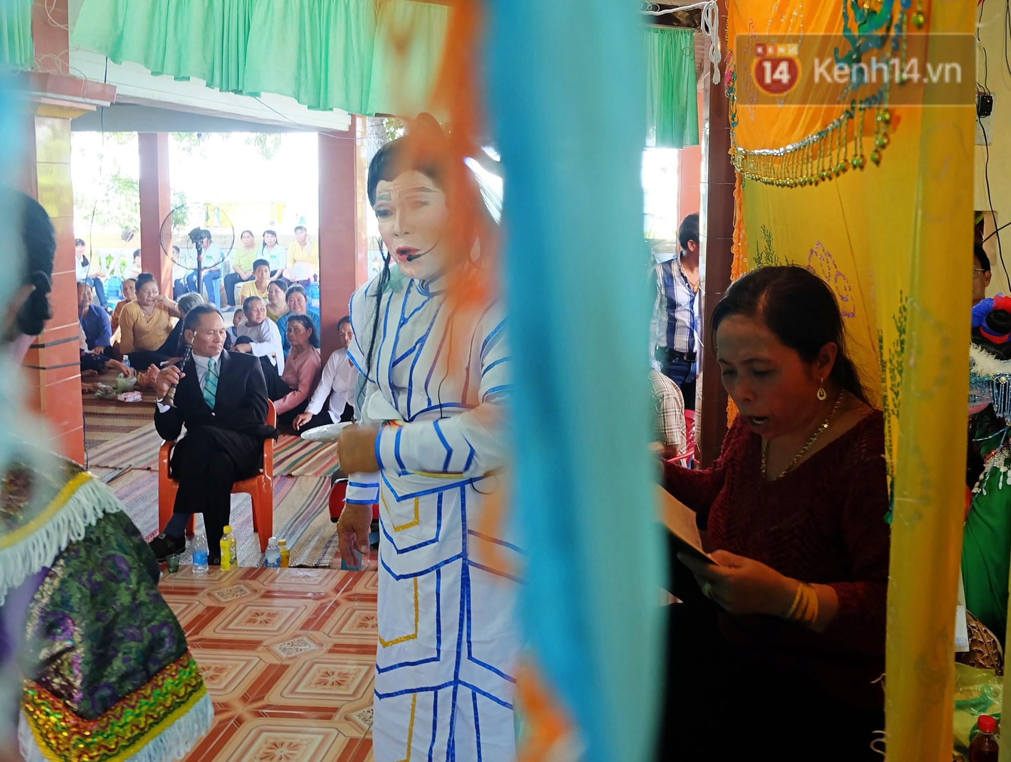 Gánh hát bội trăm tuổi trên đảo Phú Quý: Ngày thường chúng tôi là ngư dân đánh cá, bước lên sân khấu là nghệ sỹ - Ảnh 11.