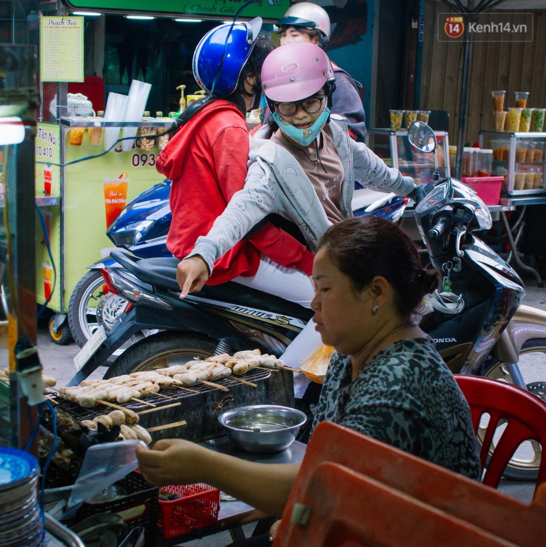 Chùm ảnh: Ở Sài Gòn, có một khu chợ mang tên Campuchia nằm trong hẻm nhỏ nhưng hội tụ đủ hàng ăn thức uống các vùng miền - Ảnh 9.