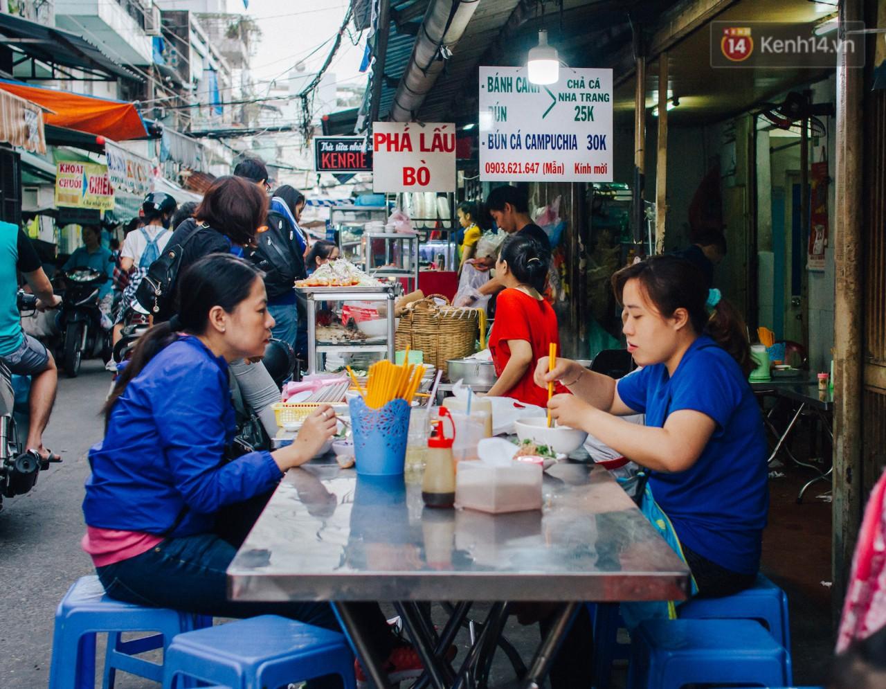 Chùm ảnh: Ở Sài Gòn, có một khu chợ mang tên Campuchia nằm trong hẻm nhỏ nhưng hội tụ đủ hàng ăn thức uống các vùng miền - Ảnh 11.
