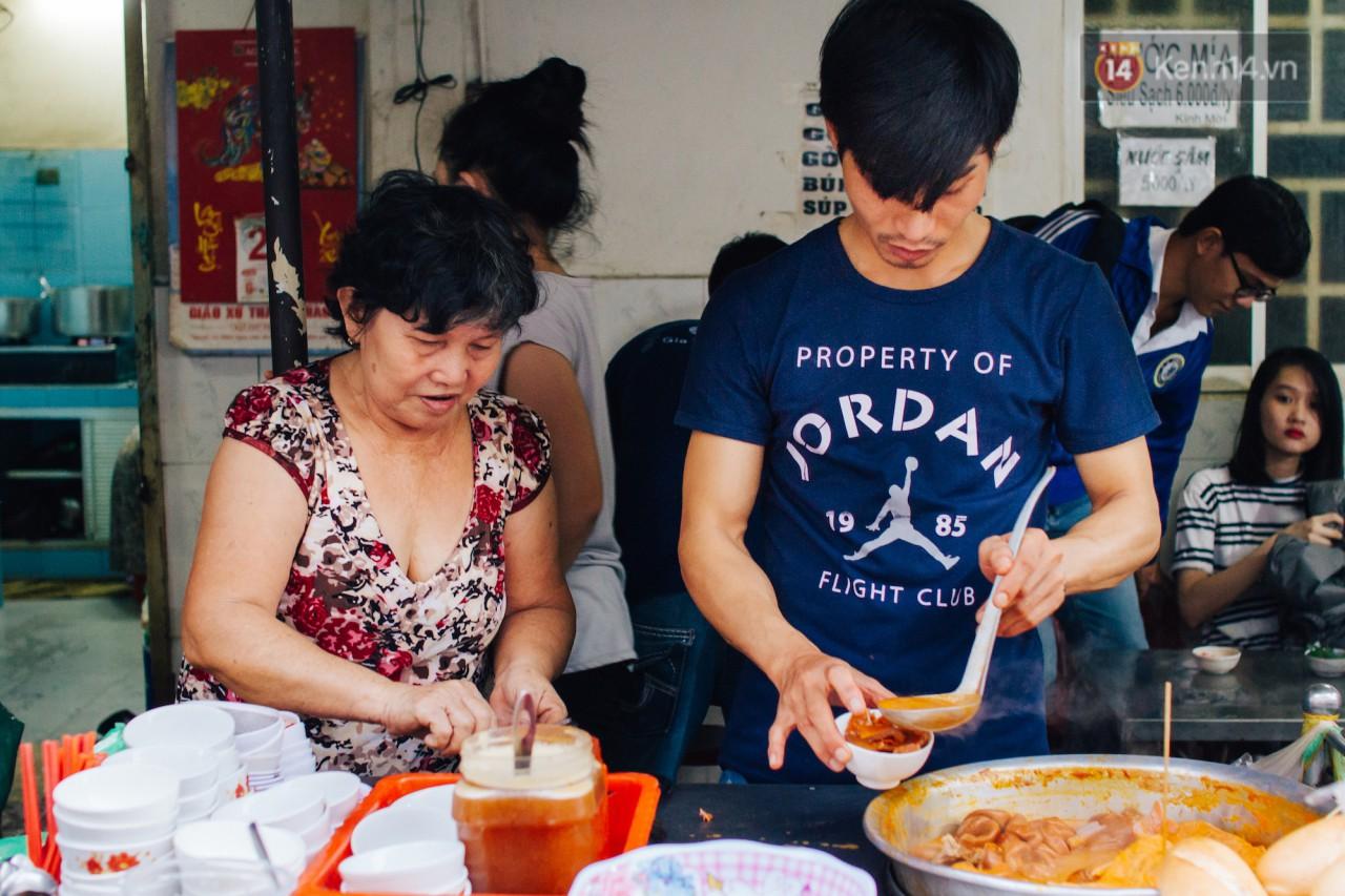 Chùm ảnh: Ở Sài Gòn, có một khu chợ mang tên Campuchia nằm trong hẻm nhỏ nhưng hội tụ đủ hàng ăn thức uống các vùng miền - Ảnh 6.
