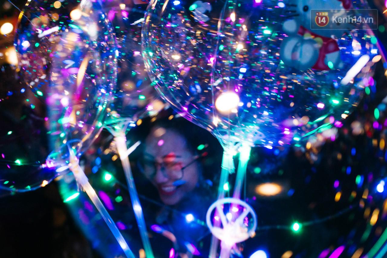 Bong bóng galaxy có gì hot mà ngập tràn phố đi bộ Nguyễn Huệ mùa Noel năm nay? - Ảnh 3.