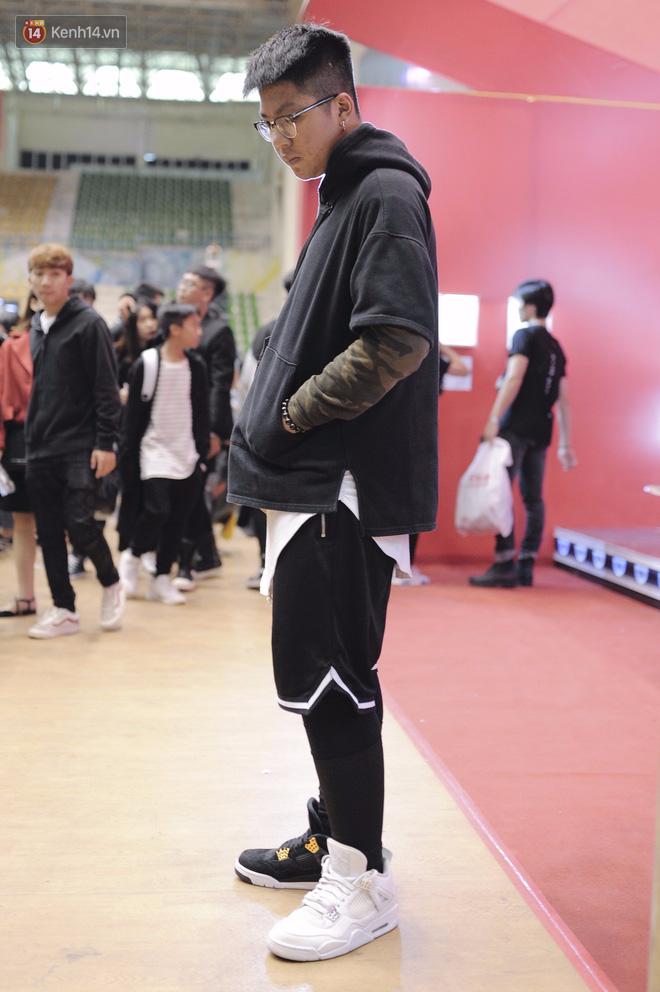 Giới trẻ Việt thi nhau mặc hoodie trăm triệu của Louis Vuitton x Supreme và đồ streetwear đắt đỏ tới Sole Ex 2017 - Ảnh 17.
