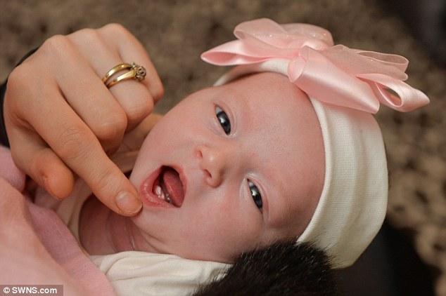 Bé gái sơ sinh mọc răng từ lúc còn đang nằm trong bụng mẹ - Ảnh 1.