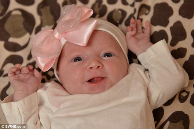 Bé gái sơ sinh mọc răng từ lúc còn đang nằm trong bụng mẹ - Ảnh 2.