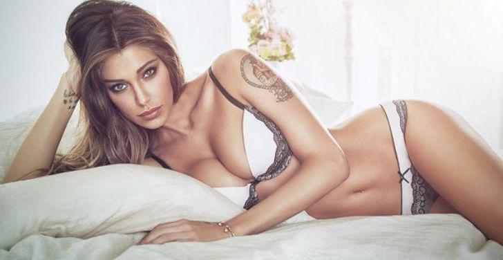 Vợ Totti khóa môi người mẫu Italy xinh đẹp trên sóng truyền hình trực tiếp - Ảnh 4.