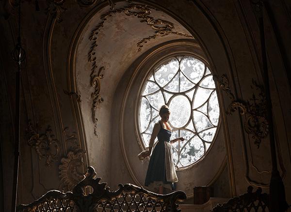 BẠN CÓ BIẾT: Chiếc đầm vàng trong Người đẹp và quái vật được kết từ hơn 2.000 viên pha lê - Ảnh 6.