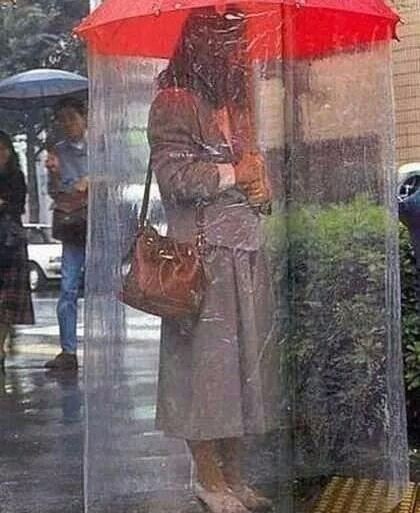 Loạt ảnh các dân chơi trời bão: Mưa gió cũng không làm nhụt chí ra ngoài đường - Ảnh 1.