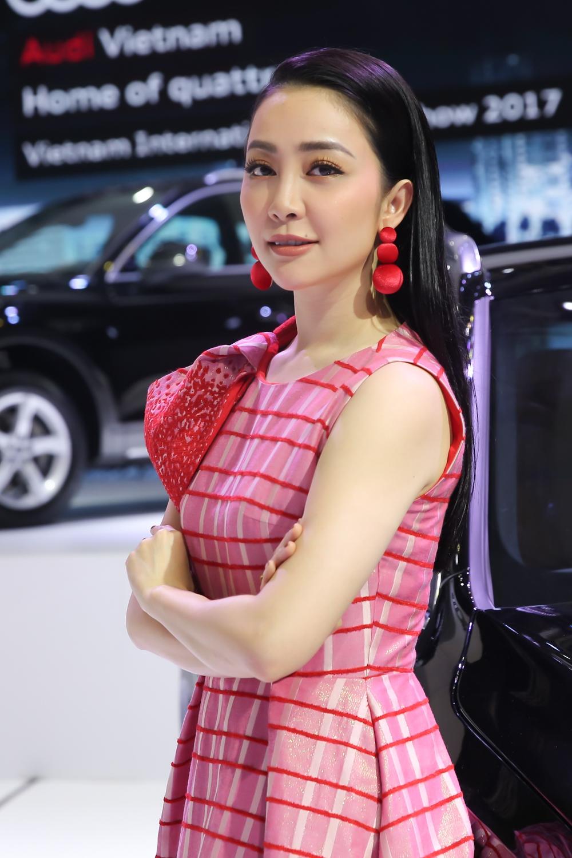 Linh Nga diện trang phục kín đáo, thanh lịch.
