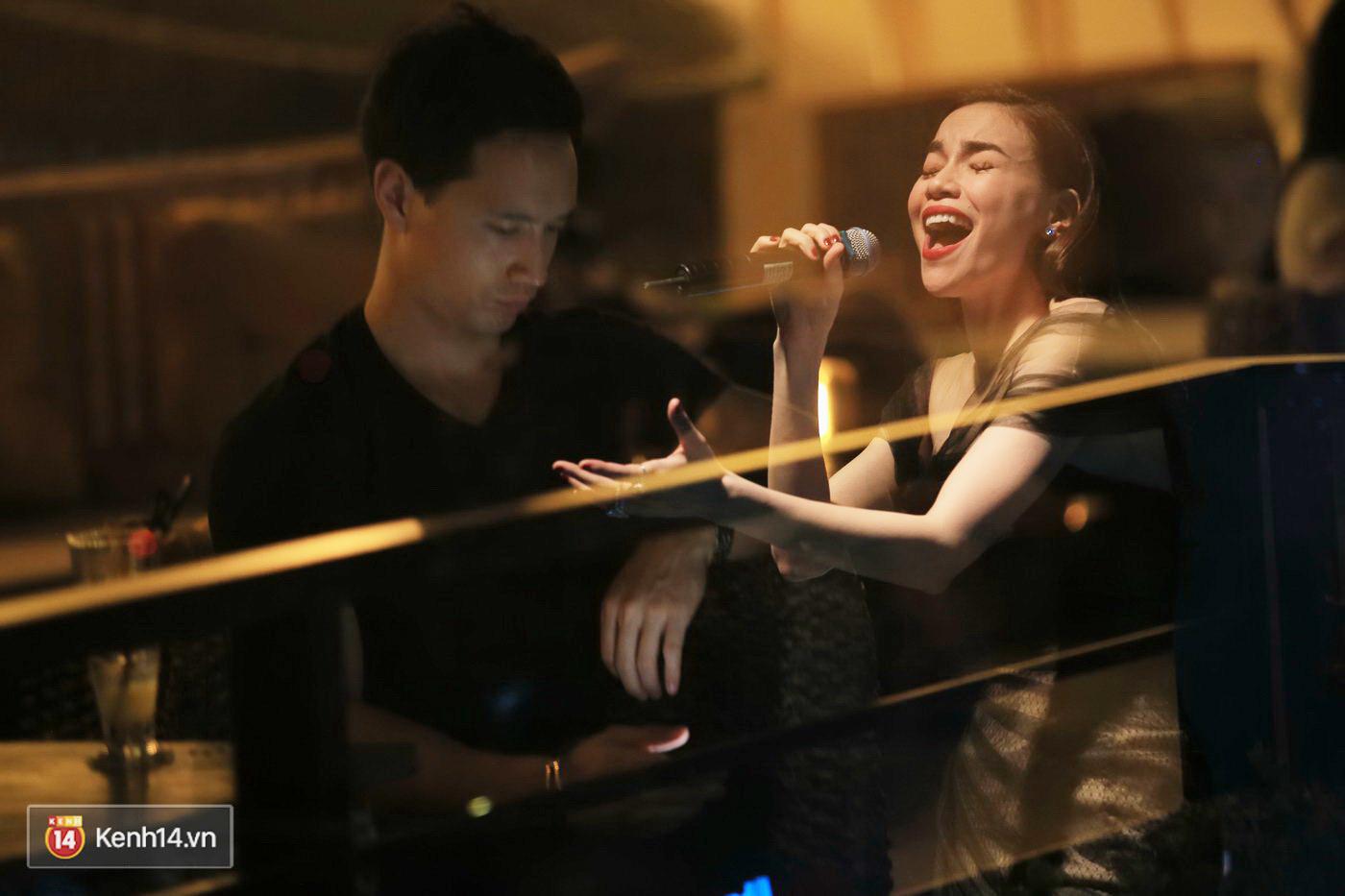 Kim Lý theo Hồ Ngọc Hà ra Hà Nội tổ chức mini show, ngồi một góc ở phòng trà ủng hộ bạn gái - Ảnh 5.