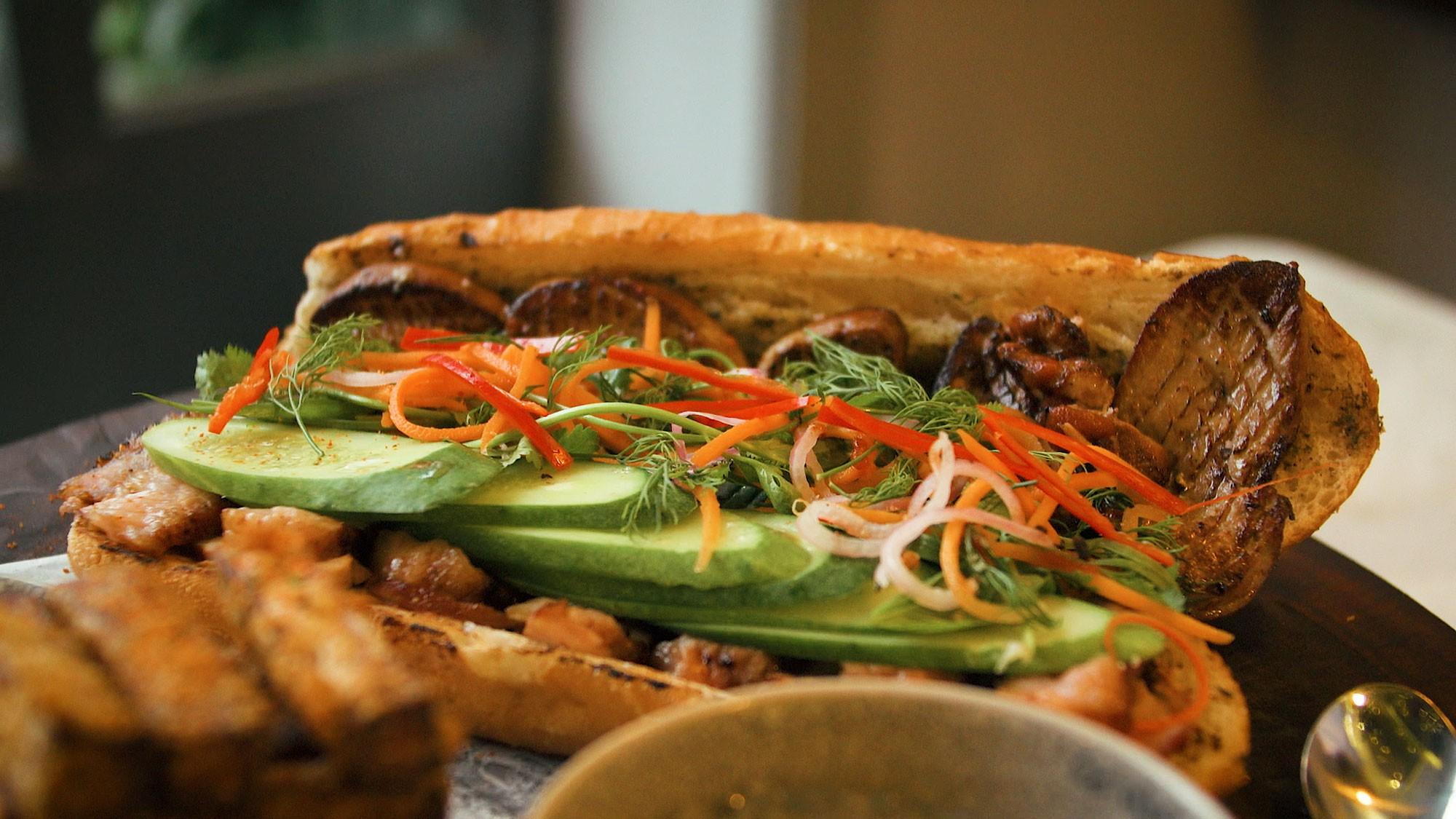 Sài Gòn có chiếc bánh mì giá 2,3 triệu: cùng vào tận bếp để xem họ đã làm những gì mà đắt thế - Ảnh 1.