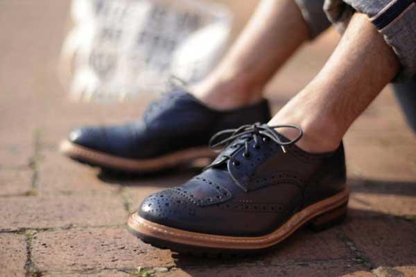 Nhiều người có thói quen đi giày không đi tất mà không biết hậu quả khủng khiếp sẽ xảy ra - Ảnh 1.