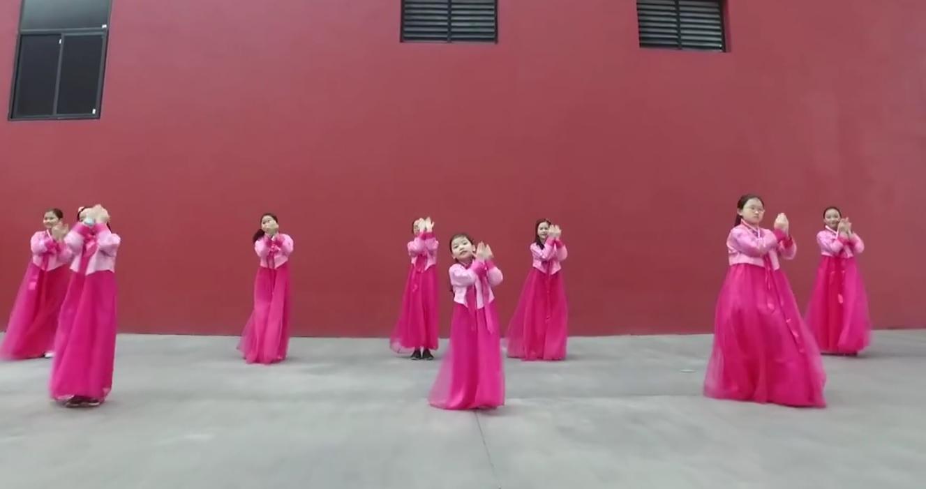 Học sinh Hạ Long diện hanbok nhảy Nơi này có anh hút triệu lượt xem - Ảnh 3.