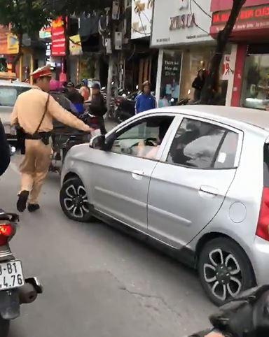CSGT yêu cầu dừng xe, nữ tài xế cố đạp ga bỏ chạy còn quát đang bận, tý quay lại - Ảnh 2.
