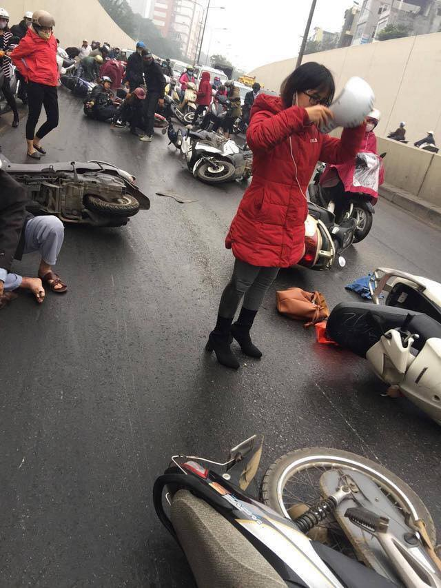 Clip: Nhiều xe máy trượt ngã, đổ la liệt trong hầm Kim Liên - Ảnh 5.