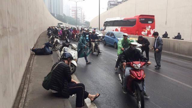 Clip: Nhiều xe máy trượt ngã, đổ la liệt trong hầm Kim Liên - Ảnh 6.