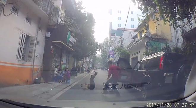 Mở cửa xe không quan sát, tài xế khiến bà cụ ngã sõng soài giữa đường - Ảnh 2.