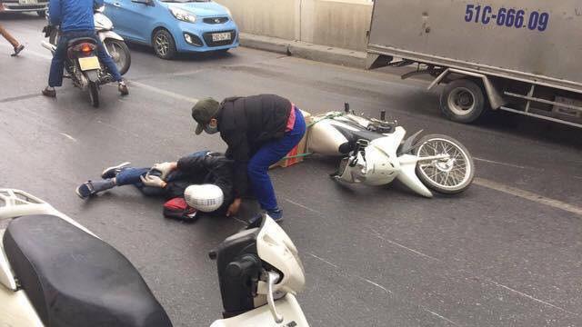 Clip: Nhiều xe máy trượt ngã, đổ la liệt trong hầm Kim Liên - Ảnh 7.