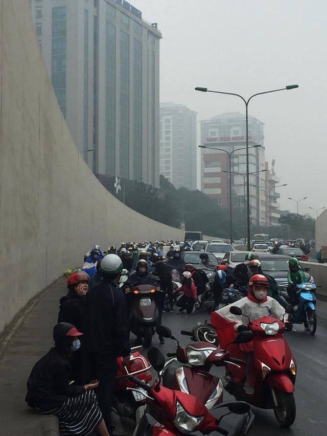Clip: Nhiều xe máy trượt ngã, đổ la liệt trong hầm Kim Liên - Ảnh 8.