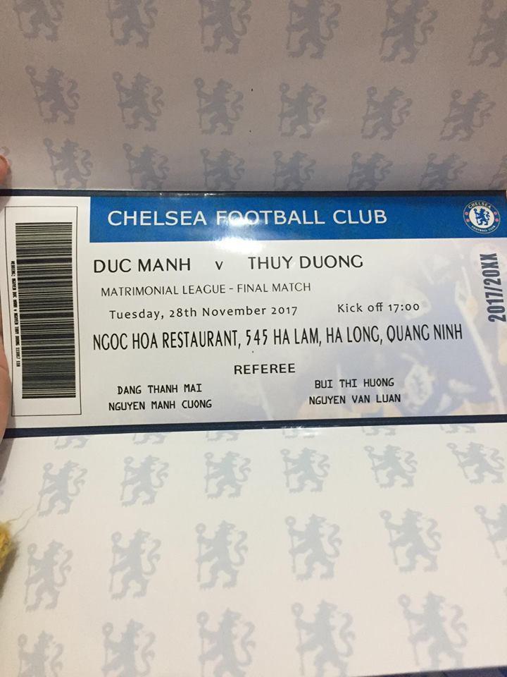 Khi 2 fan cuồng Chelsea về một nhà, đến cả thiệp cưới cũng phải giống vé bóng đá mới chịu cơ