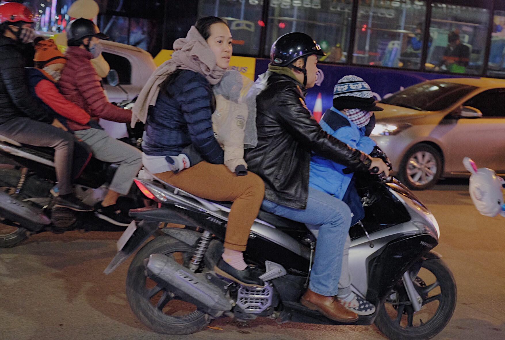Hà Nội: Chùm ảnh nhiều người quên đội mũ bảo hiểm, kẹp 3 kẹp 4 đi chơi Giao thừa - Ảnh 5.