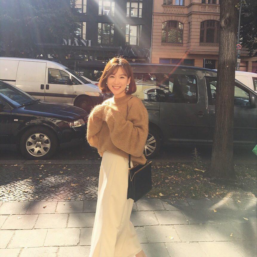 Mua gì cũng được nhưng mùa đông bạn đừng quên mua áo len màu camel - Ảnh 2.