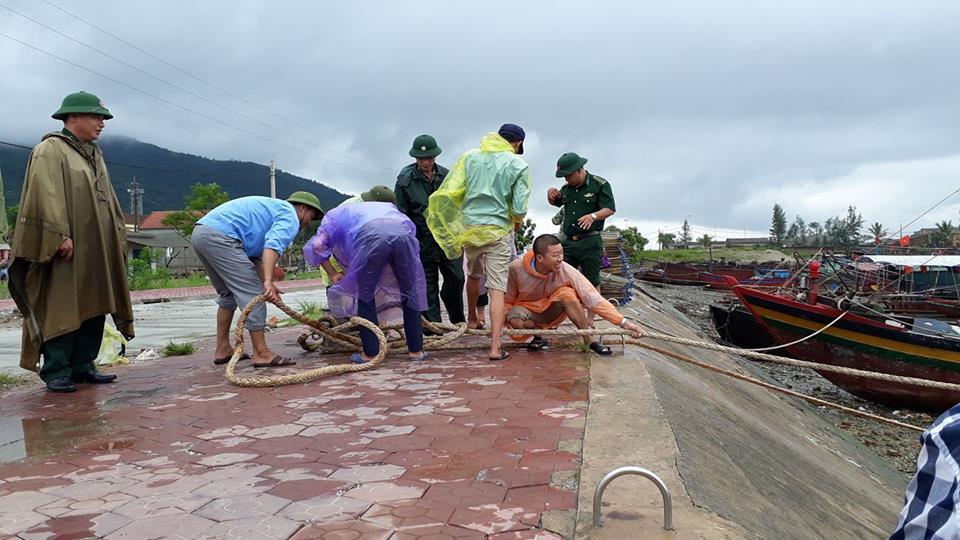 Các tỉnh miền Trung cấm tàu thuyền ra khơi trong cơn bão nguy hiểm số 10 - Ảnh 2.