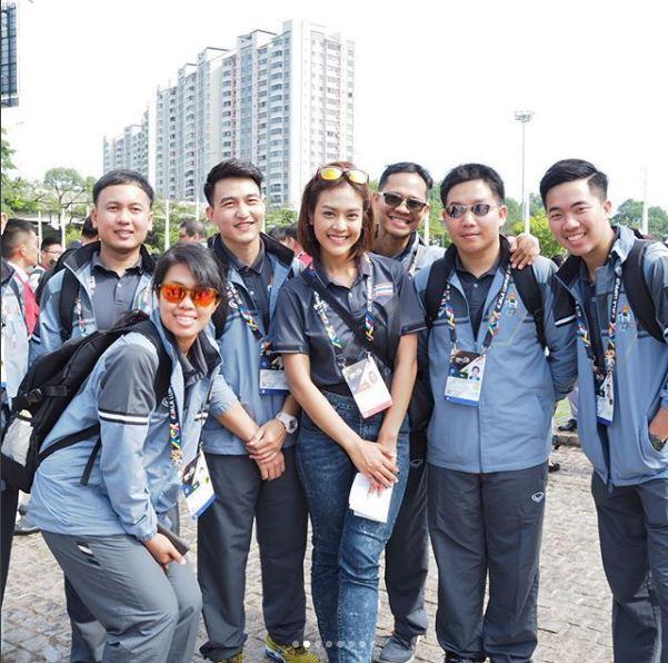 Nữ phóng viên Thái Lan đẹp hút mắt ở SEA Games 29 - Ảnh 2.