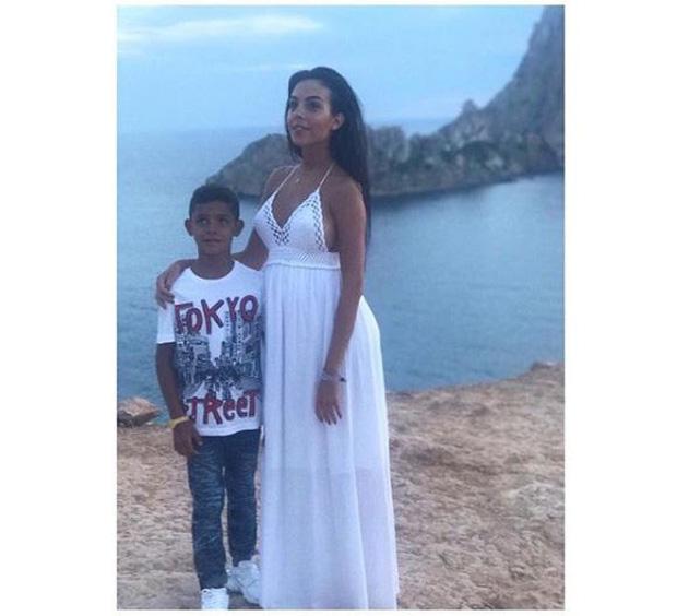 Georgina đưa con trai Ronaldo đi chơi giữa tin đồn mâu thuẫn mẹ chồng tương lai - Ảnh 3.