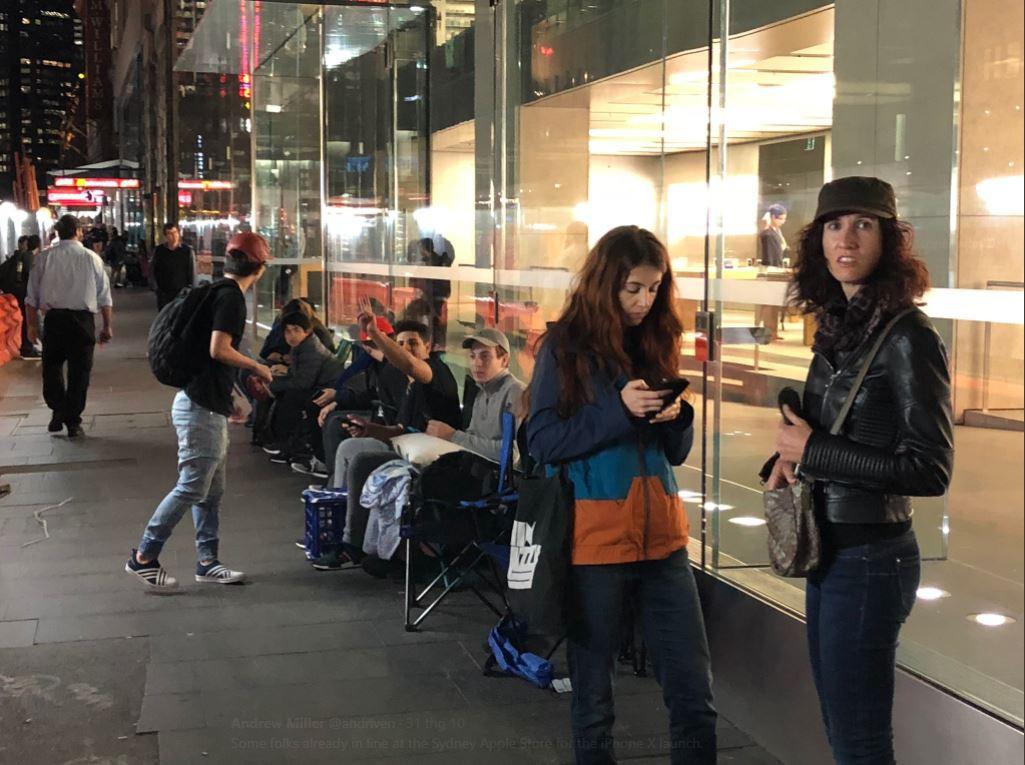 Mở bán iPhone X: Singapore và Úc la liệt người xếp hàng, thậm chí rao bán chỗ cho ai có nhu cầu - Ảnh 13.