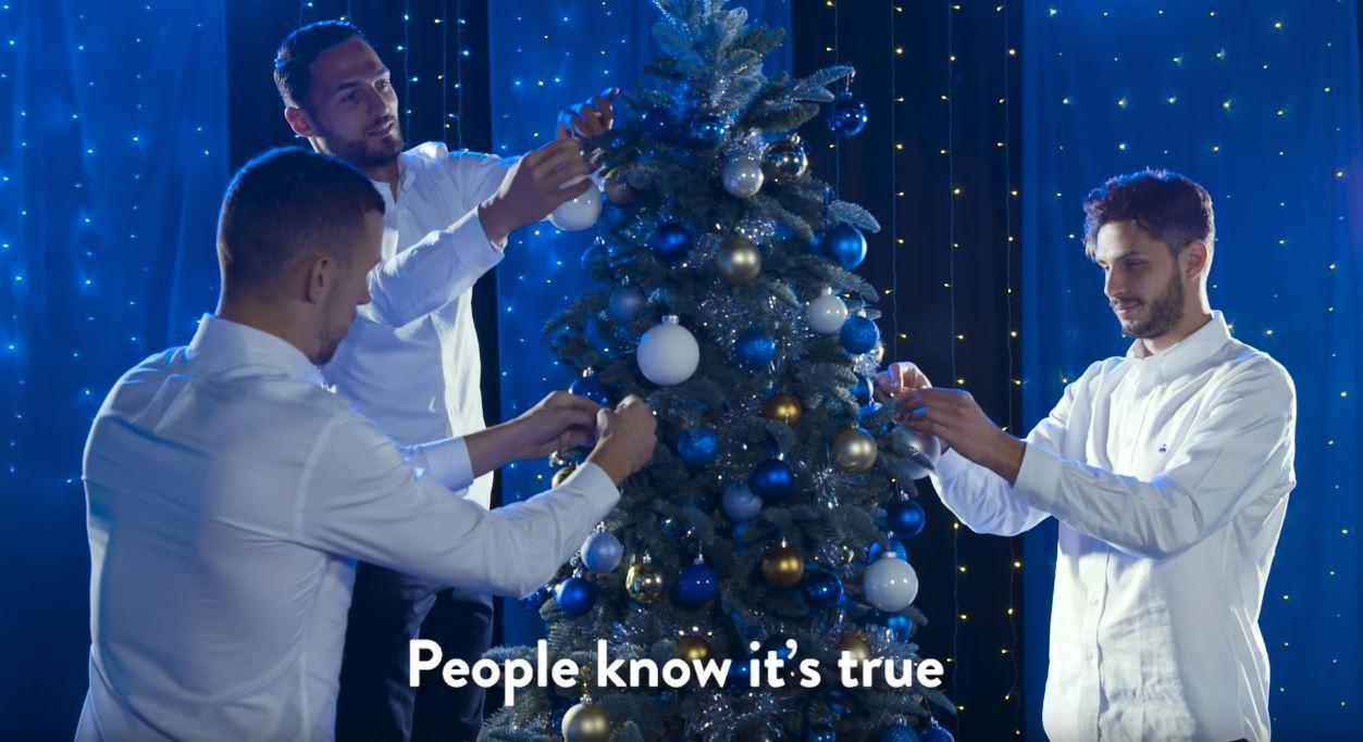 Dàn trai đẹp Inter Milan diện sơ mi trắng, hát nhạc Giáng sinh - Ảnh 3.